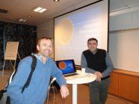 Bild av två personer från Södertälje Käkkirurgiska Centrums 1 års jubileum