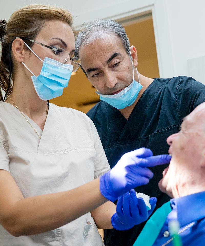 Vi har stor erfarenhet av tandimplantat i både protetik och kirurgi.